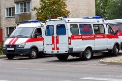 两辆汽车救护车,在汽车`救护车`的题字在俄语 免版税库存图片