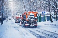 两辆汽车清洗雪 免版税库存图片