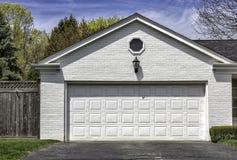两辆汽车白色砖车库 免版税库存图片