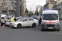 两辆汽车碰撞在胜利广场在基辅,乌克兰, 2017年7月3日 免版税库存图片