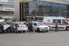 两辆汽车碰撞在胜利广场在基辅,乌克兰, 2017年7月3日 免版税库存照片