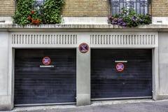 两辆汽车车库在巴黎 免版税库存图片