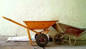 两辆独轮车在工作以后 库存照片