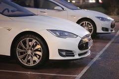 两辆白色特斯拉模型S汽车在晚上 免版税图库摄影