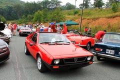 两辆红色意大利人lancia跑车在紧接乘坐的角度 免版税库存照片