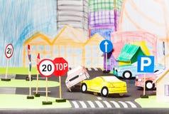 两辆纸汽车公路事故在玩具城市 库存照片