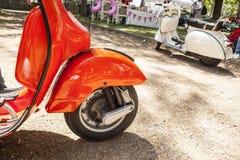 两辆老牌滑行车摩托车在葡萄酒党旁边停放了 库存照片