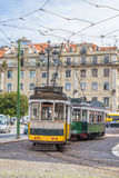 两辆老电车看法在旅游街市里斯本,葡萄牙 免版税库存照片