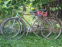 两辆老自行车在乡下 免版税库存照片