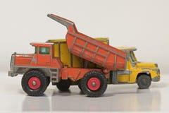两辆老被打击的金属玩具卡车 免版税库存图片