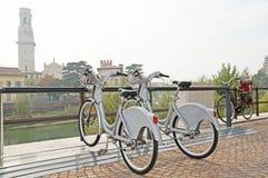 两辆自行车在一个美丽的城市停放 免版税库存照片