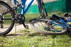 两辆蓝色自行车 免版税库存照片