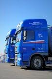 两辆蓝色DAF XF 105卡车 库存图片