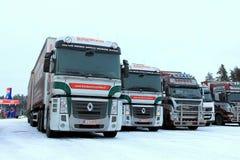 两辆雷诺大酒瓶卡车在冬天 免版税库存照片