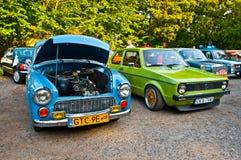 两辆经典汽车Syrena 105和大众高尔夫球我 图库摄影