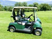 两辆绿色高尔夫球汽车 免版税库存照片