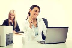 两运作在办公室的有吸引力的企业womana 免版税库存照片