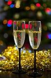 两透明杯与泡影的香槟在闪亮金属片或sequinswo背景中  库存照片