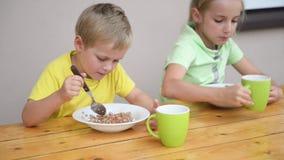 两逗人喜爱孩子吃 影视素材
