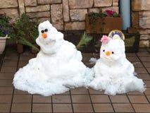 两逗人喜爱的微笑的雪人 图库摄影