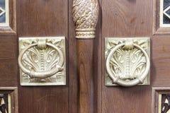 两金子镀了在圣尼古拉斯, Kronstadt海军大教堂的外面门的圆环  免版税库存图片