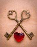 两钥匙和心脏在老纸 免版税库存照片