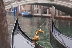 两长平底船在码头附近的威尼斯 免版税图库摄影