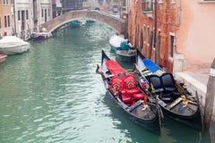 两长平底船在码头附近的威尼斯 免版税库存照片