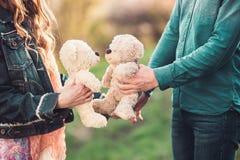 两长毛绒玩具熊浪漫日期  免版税库存照片