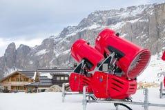 两门雪大炮正面图在高山滑雪胜地的 免版税图库摄影