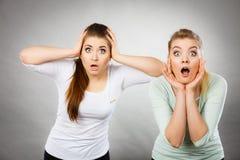 两震惊的和惊奇妇女 免版税库存照片