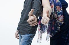 两青年人、男人和妇女,有标志的手指喜欢 库存图片