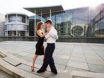 两青年人跳舞的探戈某处在城市 免版税图库摄影