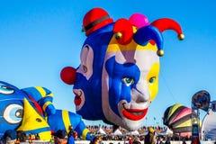 两面供人潮笑者气球 免版税库存照片