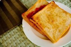 两面包多士用草莓酱 库存照片