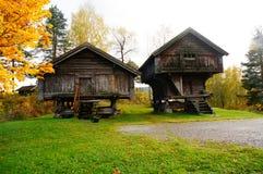 两食物的挪威木农厂房子 库存照片