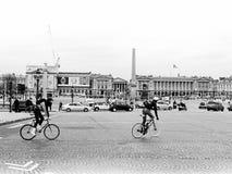 两骑自行车者在巴黎 免版税库存图片