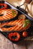 两鲑鱼排和菜在格栅,垂直 库存照片