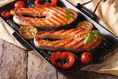 两鲑鱼排和菜在格栅,水平 库存图片
