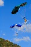 两件五颜六色Skydiving基地套头衫漂浮 库存图片