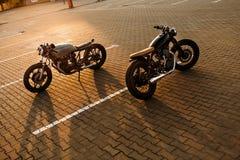 两黑和银色葡萄酒习惯摩托车咖啡馆竟赛者 免版税库存图片