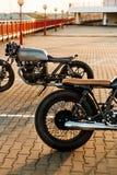 两黑和银色葡萄酒习惯摩托车caferacers 库存图片