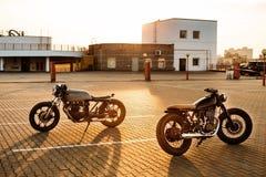 两黑和银色葡萄酒习惯摩托车caferacers 免版税库存图片