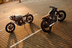 两黑和银色葡萄酒习惯摩托车caferacers 库存照片