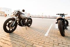 两黑和银色葡萄酒习惯摩托车caferacers 图库摄影