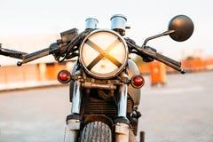 两黑和银色葡萄酒习惯摩托车caferacers 免版税图库摄影