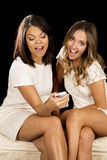 两件妇女白色礼服坐愉快的电话 库存照片