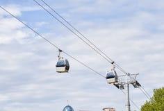 两间客舱反对天空的缆车,第比利斯 免版税图库摄影