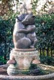 两头有两头拥抱熊,肯辛顿庭院,伦敦雕象的熊饮水器  免版税库存图片
