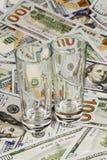 两玻璃和金钱 库存图片